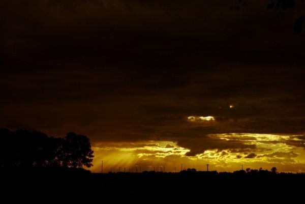Sonnenuntergang und Gewitter am Horizont