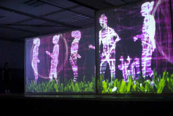 Schemenhafte Gestalten an Wiese: die Tanzperformance der Waldschule Eschweiler