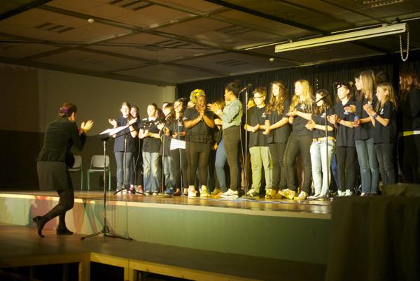 Der Schulchor unter Leitung von Daniela Bosenius