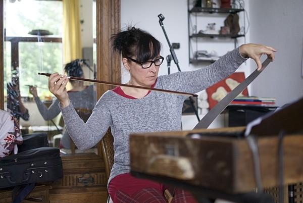 Sonja Mischor und ihre singende Säge